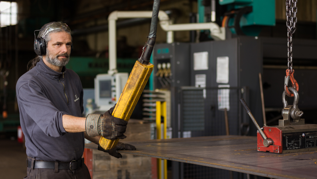 Firma Baltensperger AG Stahlbau Mitarbeiter in der Produktionshalle