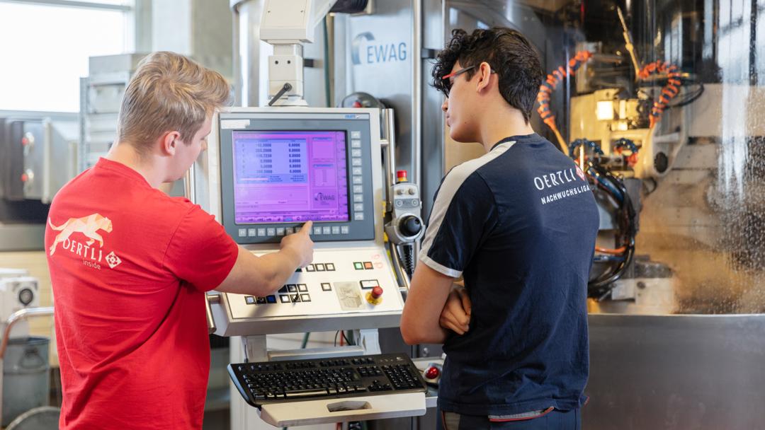 Firma OERTLI Werkzeuge Mitarbeiter in der Produktionshalle