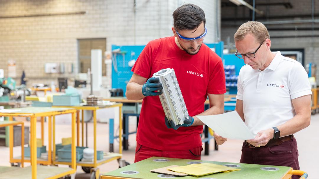 Firma OERTLI Werkzeuge AG Mitarbeiter in der Produktionshalle im Gespräch