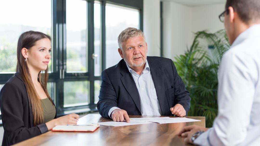 Firma SF-Filter AG Frank Oberli an einer Sitzung