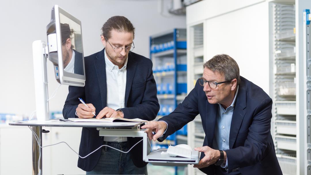 Firma Wiegand AG Markus Wiegand mit einem Mitarbeiter im Gespräch